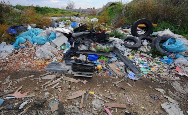Abbandono rifiuti e terreni contaminati, a chi spetta bonificare